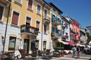 sch ne balkone bild altstadt lazise in lazise. Black Bedroom Furniture Sets. Home Design Ideas