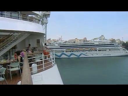 Blick von der AidaDiva zur AidaAura in Piraeus